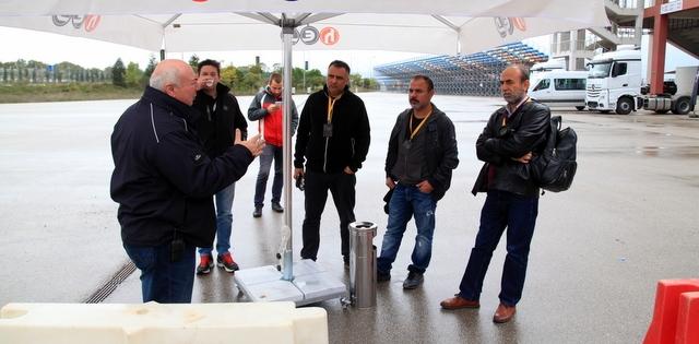 Gazeteciler, Mercedes-Benz'in Euro 6 kamyonlarını test etti