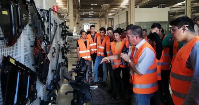 Bu yıl 14 farklı şehirden 800'ün üzerinde öğrenci Mercedes-Benz Aksaray Kamyon Fabrikası gezisine katıldı