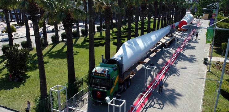 58.5 metrelik rüzgar türbini kanadını ve 28 metrelik kulesini İzmir Fuarı'na taşıdı