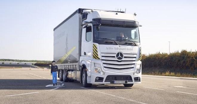 Mercedes-Benz kamyonları için iki yeni güvenlik özelliğinin dünya lansmanı gerçekleştirildi