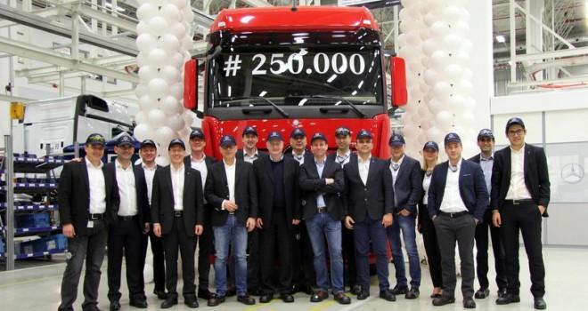 Türkiye'de ürettiği 250 bininci kamyon Actros 1853 LS 4x2 yola çıktı
