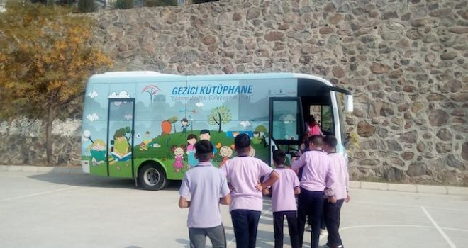 Anadolu Isuzu Aracı Gezici Kütüphane Projesi ile  Okulları Ziyaret Etmeye Devam Ediyor