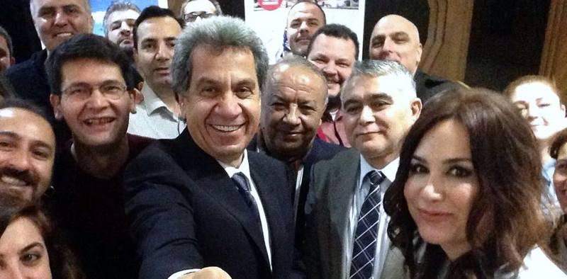 GÜNÜN FOTOĞRAFI: Çetin Nuhoğlu gazetecilerle selfie çektirdi