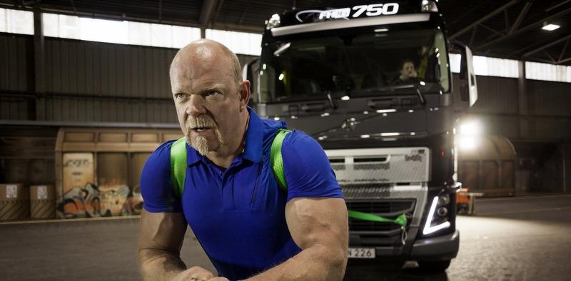 GÜNÜN FOTOĞRAFI: Dünyanın En Güçlü Adamı Volvo FH16 750'yi çekiyor