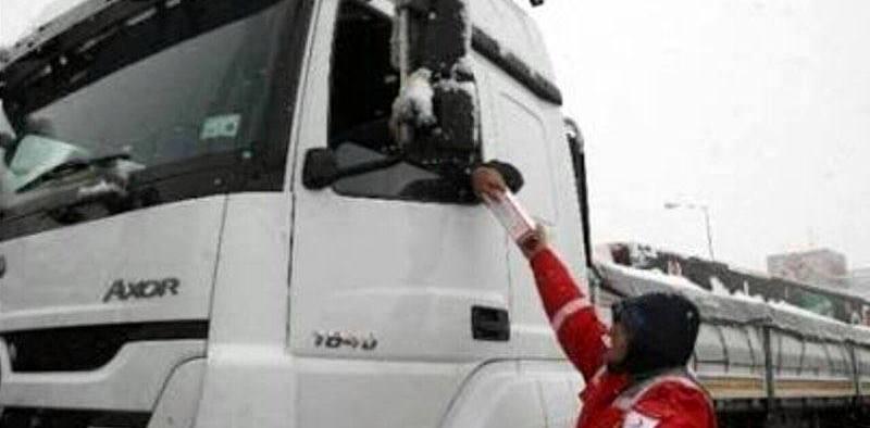 Kapıkule'de 35 kilometre TIR kuyruğu oluştu, Kızılay şoförlere kumanya dağıttı