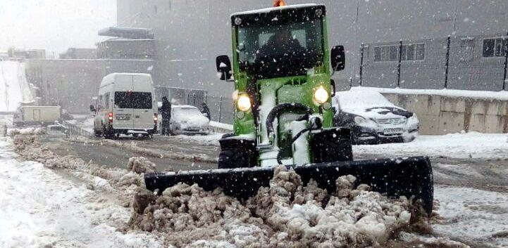Reysaş Çayırova Lojistik Kampüsü'nde yoğun kar yağışına rağmen TIR'lar operasyonlarına devam etti
