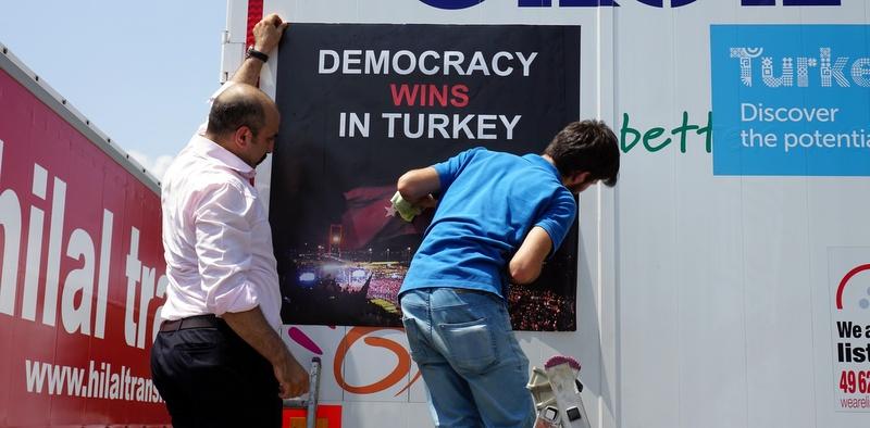 """UND, 65 Bin TIR'a """"Türkiye'de Demokrasi Kazandı"""" stickerı yapıştırıyor"""
